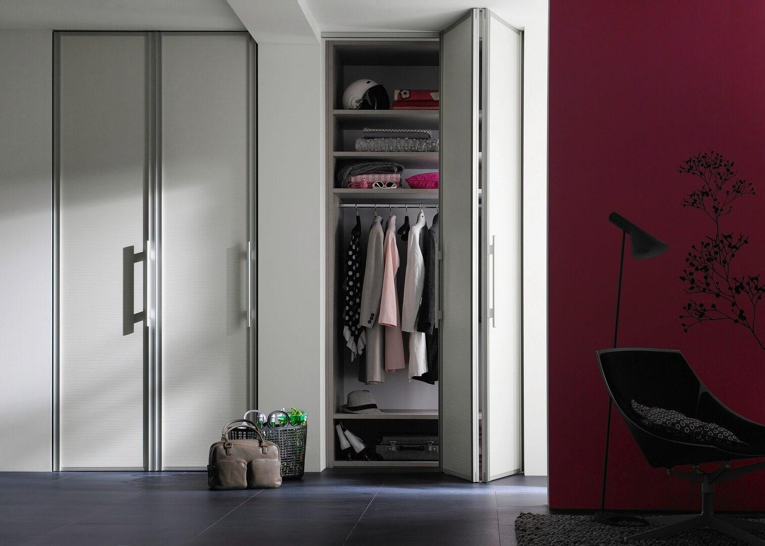 Шкафы-купе встроенные с раздвижными дверями в системах raump.